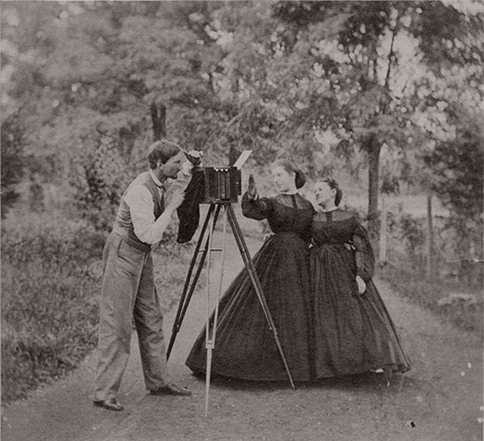 Kliknij obrazek, aby uzyskać większą wersję  Nazwa:vintage-19th-century-photographers-with-their-cameras-09.jpg Wyświetleń:109 Rozmiar:80,2 KB ID:6815